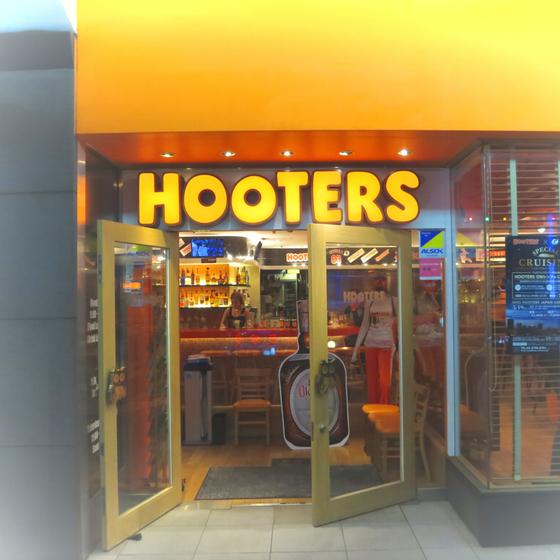 HOOTERS - 01.jpg